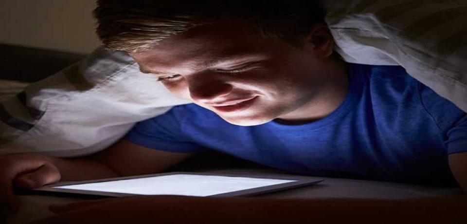 استفاده از تلفن همراه در شب نوجوانان را افسرده می کند