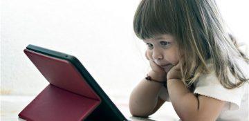 بازی کردن کودکان با تلفن هوشمند یا تبلت باعث تأخیر در گفتار آنها میشود