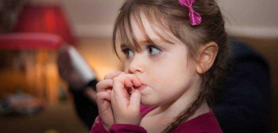 ناخن جویدن با منشأ اضطراب و انگشت مکیدن با علت عاطفی