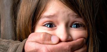 علائمی که کودکان در معرض آسیب جنسی از خود بروز میدهند