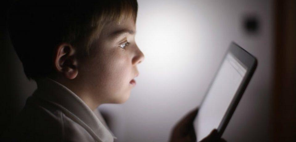 استفاده طولانی از لوازم الکترونیکی عامل کندیِ رشد کودکان است