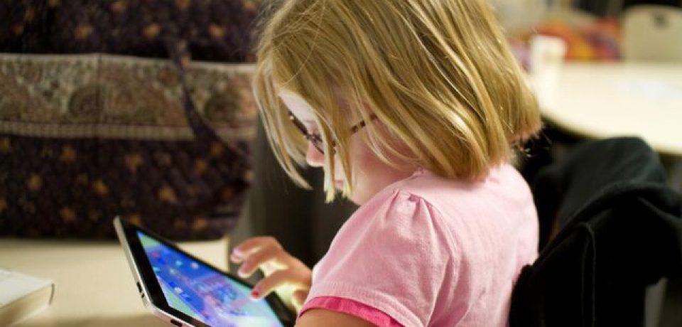 استفاده بیشتر از صفحات نمایشی و بروز علائم اوتیسم