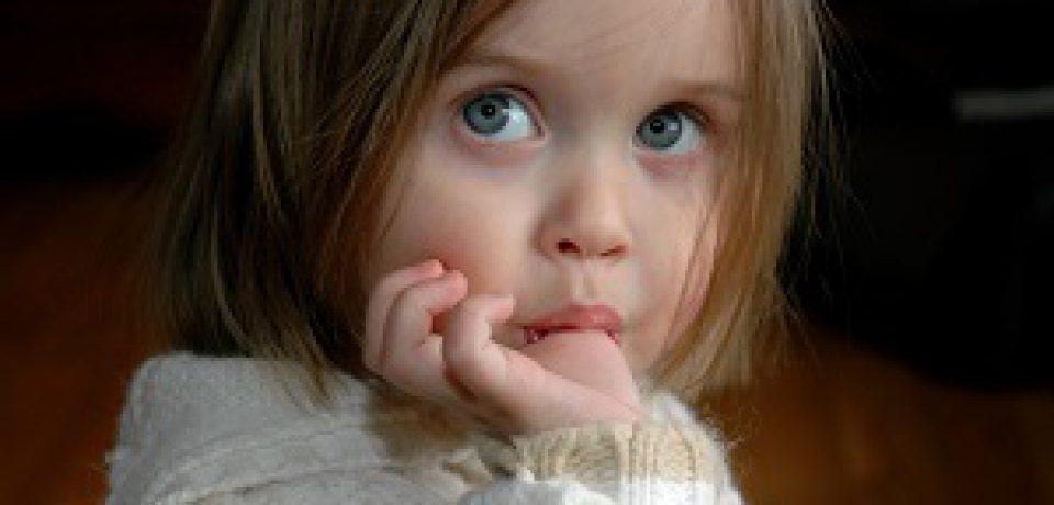 چرا برخی کودکان در سنین پایین عادت به مکیدن انگشت شست خود دارند؟