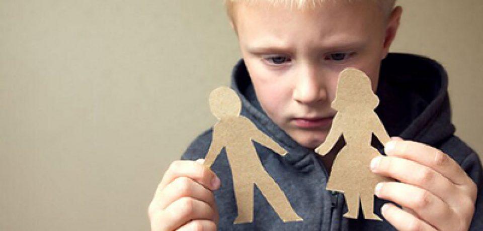 چگونه طلاق والدین به کودک آسیب می زند؟